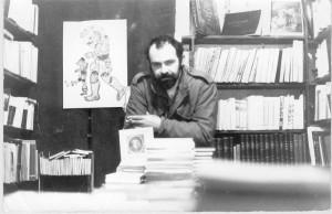 Ο Ιδρυτής Κωστής Νικολάκης στο σημερινό στέκι στην Πλατεία Βικτωρίας. Τα Πρώτα Χρόνια. (Αρχές '70).